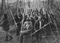 Joseph Beuys: Überwindet endlich die Parteiendiktatur, 1972. Multiple mit einem Foto der gleichnamigen Aktion im Grafenberger Wald, Düsseldorf, 14. Dezember 1971. © VG Bild-Kunst, Bonn, 2008.
