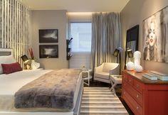 O ambiente de 16 m² foi projetado para um casal dinâmico e antenado, que valoriza a boa qualidade de vida. Os diversos tons de cinzas utilizados revelam um ambiente relaxante e ao mesmo tempo romântico. Realização May Moura