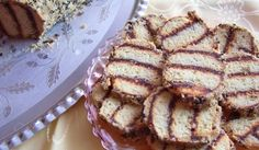 Руло от бисквити с шипков мармалад и масло - Рецепта. Как да приготвим Руло от бисквити с шипков мармалад и масло. Бисквитите се слепват една към друг...
