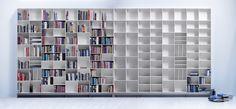 La librería Quadrant tiene fondos: de 23cm, 33cm y 42cm. Hay la posibilidad de combinar los tres fondos en una misma composición. Acabados: Lacado en blanco puro, blanco, negro puro, antracita y gris Chapado en roble y arce.