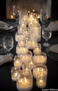 Chemin de table avec des bougies par Evelyn Williams Plus d'idées pour une table de fête sur le blog