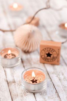 Inspiration bestempelte Teelichter Weihnachtlich zu dekorieren - Merry Christmas Stempel. Die Schritt für Schritt Anleitung findest du auf dem Blog. Ein schönes Motiv erscheint, wenn das Wachs im Teelicht sich aufgelöst hat. Auch sehr gut geeignet für Gastgeschenke. Als Motiv könnte man das Hochzeitslogo oder Initialien nehmen. #kerze #teelicht #stempeln #kerzenbestempeln #dekoration #gastgeschenk #adventszeit #interior #deko #gastgeschenke #ideenfürgastgeschenke