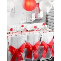 Housse de chaise intissé blanc noeud rouge pour déco mariage et fête.