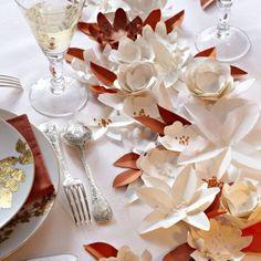 Des fleurs en papier en guise de chemin de table / Flowers paper, table, wedding