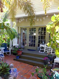 cute key west house backyard