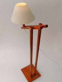 Luminária de chão articulada em madeira, com cupola em tecido ( cor a combinar).