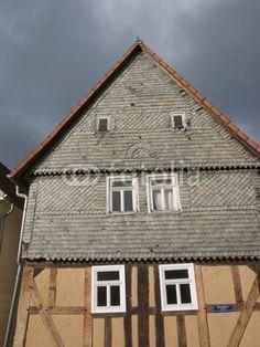 Altbau mit spitzem Giebel und Schieferfassade in Salzböden bei Lollar in Hessen