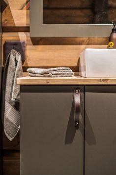 OPPLEV NYE RØROSHYTTA VISNINGSHYTTE! | FINN.no Timber Cabin, Cabin Interiors, Real Estate, Cabinet, Bathroom, Storage, Wood, Furniture, Design