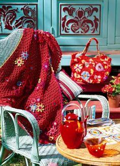 Châle tricoté en mailles ajourées et orné de fleurs multicolores au crochet, style tzigane