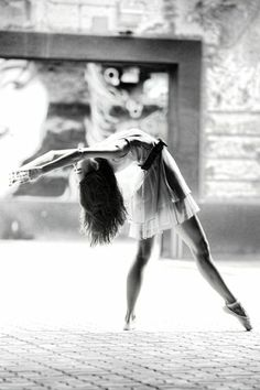 Une photographie noir et blanc au style de Degas [Black & White Photography] *[article: 90 black & white photography ideas to decorate your walls] {image credit: Archzine FR}