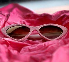 O óculos de sol Moschino MOS006 S tem um design irreverente, fazendo uma  releitura do 46f3afa572