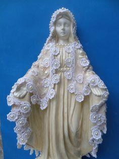 Linda imagem de Nossa Senhora das Graças com manto de guipir e renda. Imagem em gesso, pintada em bege pérolado , com aplicação de perolas no manto e na base. Preços especiais a partir de 5 unidades.