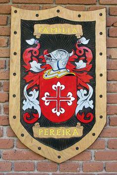 Brasão da família Pereira entalhado em madeira