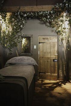 papier peint trompe l'oeil avec une porte fausse, jolie chambre à coucher avec  stickers trompe l'oeil