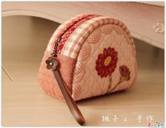 布包包 - 堆糖 发现生活_收集美好_分享图片 Japanese Patchwork, Patchwork Bags, Quilted Bag, Diy Bags No Sew, Jean Purses, Fabric Purses, Diy Purse, Coin Bag, Cloth Bags