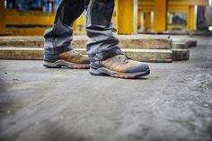 Ces chaussures de sécurité montantes Timberland Pro sont conçues en cuir de qualité. Résistantes, ce modèle Hypercharge pour homme offre un très bon confort : doublure respirante, semelle anti-fatigue... Ce sont des chaussures de sécurité imperméables, conçues pour les travaux extérieurs sur sols difficiles (bonne stabilité et adhérence). Idéales pour le BTP, elles sont normées S3 HRO WR SRC. Timberland Pro, Basket Timberland, Anti Fatigue, Sneakers, Shoes, Fashion, Raincoat, Teal, Tennis