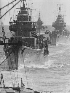 日本帝国海軍 第20駆逐隊(二代目) 特型駆逐艦(吹雪型)13番艦~16番艦 特Ⅱ型としては3番艦~6番艦 朝霧 夕霧 天霧 狭霧の編成 写真は、下部に写っている艦尾も同型艦としたうえで4隻編成であるとして二代目20駆逐隊としてます。初代20隊は、特Ⅰ型 東雲 吹雪 磯波の3隻編成です。
