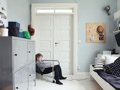 Maiju Saw -bloggaaja piristi lastenhuoneen seinät raikkaalla vedensinisellä. Maiju maalasi lastenhuoneen seinät täyshimmeällä Harmony-sisustusmaalilla, sävynä Salaisuus X438. Sävy valittiin Tikkurilan uudesta Color Now 2016 -värioppaasta, jossa esitellään vuoden ajankohtaisimmat sisustussävyt.