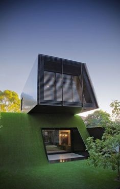 Australian architect Andrew Maynard completed the design for a modern home extension, entitled Hill House and located near Melbourne. The project sits on n artificial hill and was built for a family of five. Green Architecture, Amazing Architecture, Architecture Design, Melbourne Architecture, Innovative Architecture, Contemporary Architecture, Modern Contemporary, Unusual Homes, Belle Villa