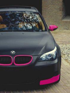 BMW com preto fosco e detalhes em rosa