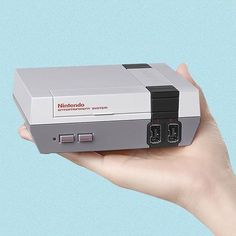 Nintendo sacará una versión mini de #NES. Tendrá 30 juegos clásicos como Super Mario Bros Final Fantasy Zelda entre otros. Saldrá Noviembre 11 a un precio de USD59.99 | : @cnnmoney