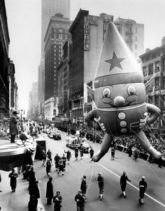 120 photos looking at the history of Balloons of the famous Thanksgiving tradition. - Balloons of the Macy's Thanksgiving Day Parade Macys Thanksgiving Parade, Vintage Thanksgiving, Vintage Holiday, Happy Thanksgiving, Christmas Past, Retro Christmas, Christmas Movies, Christmas Photos, Vintage New York