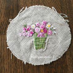. . 花刺繍。。。 . #embroidery #flowerembroidery #embroiderythread  #handmade  #handembroidery #花刺繍 #手作り #手刺繍 #ハンドメイド #花瓶
