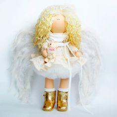 Оригинальная коллекционная кукла hand madeв стиле тильда. Белоснежный ангел в белом кружевном платье с белыми крыльями из перьев и золотистых кожаных сапожках и с золотой брошью на шарфике. В руках у красавицы белый медвежонок с розовым бантом. Рост куклы 38 см, все детали одежды выполнены с а
