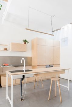 Architect Leticia Saá has woven historical features such as exposed brickwork and wooden beams into the minimal interior of this Madrid apartment. Madrid Apartment, Apartment Interior, Kitchen Interior, Parisian Apartment, Apartment Living, Minimalist Furniture, Minimalist Interior, Open Plan Apartment, Apartment Layout
