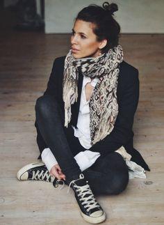 Chemise, blazer, skinny et Converse. Comment les porter? C'est ici: https://one-mum-show.fr/basiques-la-chemise-blanche/