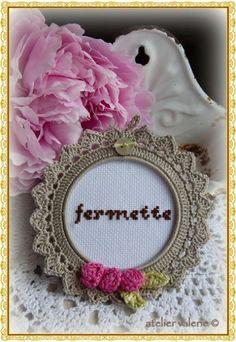 Risultati immagini per fotolijstje haken Love Crochet, Crochet Gifts, Crochet Motif, Beautiful Crochet, Knit Crochet, Crochet Decoration, Crochet Home Decor, Knitting Projects, Crochet Projects