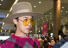 G-Dragon at Taiwan Airport going back to Korea