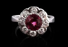 Ring med rödrosa rhodolitgranat från Jewellery by Jenny.  #smycken #jewellery #jewelry #diamondring Diamond, Diamonds