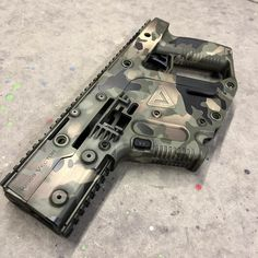Battleworn Woodland camo on a Kriss Vector. Weapons Guns, Airsoft Guns, Guns And Ammo, Kriss Vector, Future Weapons, Submachine Gun, Concept Weapons, Custom Guns, Cool Guns