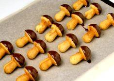 Ingrediente pentru circa 50 de bucăti: 5 ouă, 250 gr zahăr, 200 ml ulei, 125 ml lapte, o fiolă esentă de vanilie, un praf de sare, 1/2 lingurită amoniac, 450 g făină, formă specială pentru copt Pentru glazură: 100g ciocolată, 75ml friscă lichidă, 15g unt  Mod de preparare Se separă albusurile de gălbenusuri. Albusurile … Hot Dogs, Bakery, Sweets, Cookies, Ethnic Recipes, Desserts, Ely, Food, Childhood