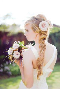 Acconciatura sposa con treccia e fiori rosa. Guarda altre immagini di acconciature sposa: http://www.matrimonio.it/collezioni/acconciatura/2__cat