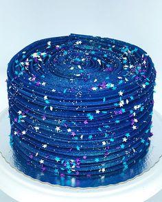 Broccoli and coconut cake - Clean Eating Snacks Beautiful Cakes, Amazing Cakes, Moon Cake Mold, Galaxy Cake, Cool Cake Designs, Cake Packaging, Yogurt Cake, Blue Cakes, Diy Cake