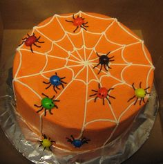 I got this idea from a magazine. The spiders are peanut MMs. I got this idea from a magazine. The spiders are peanut MMs. Bolo Halloween, Halloween Sweets, Halloween Baking, Halloween Goodies, Halloween Dinner, Halloween Food For Party, Halloween Cupcakes, Creative Cake Decorating, Cookie Decorating