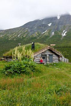 traditional turf-covered hut, Norway, je rêve de faire un séjour dans une cabane comme celle-là.
