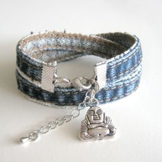 Diy Denim Bracelets, Fabric Bracelets, Fabric Jewelry, Beaded Jewelry, Jewelry Bracelets, Jewelery, Diy Jewelry Projects, Jewelry Crafts, Diy Old Jeans