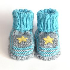 Gray and bright blue baby booties knit baby shoes with by Tuttolv, $18.00