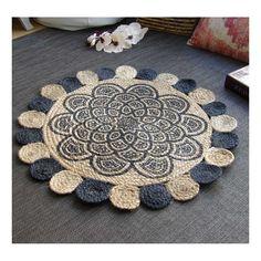 Alfombra redonda de estilo étnico con trenzado de yute 100% y estampado con una gran mandala en color azul. De fabricación India, decoración étnica para el suelo.