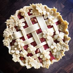 Gorgeous pie crust ideas to make a delicious dessert too pretty to eat. Rhubarb Custard Pies, Strawberry Rhubarb Pie, Just Desserts, Delicious Desserts, Yummy Food, Pie Dessert, Dessert Recipes, Pie Crust Designs, Sweet Pie