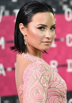 7 penteados supersexy para investir sempre (que der vontade!): liso com efeito molhado da Demi Lovato