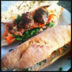 Een van mijn grote ontdekkingen tijdens mijn reis door Azië in maart is Banh My. Deze broodjes zijn wat mij betreft het ultieme straatvoedsel in Vietnam. Ze worden gemaakt met ingemaakte groenten, verse kruiden en varkensvlees van allerlei soorten. Er zijn versies met een soort Vietnamese