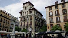 Sobre un edificio ya existente y destinado a viviendas, D. Ricardo Augustín, Conde de Dávila, encarga en 1920 a Cayo Redón Tapiz la reforma y ampliación de lo que será su residencia en Madrid.