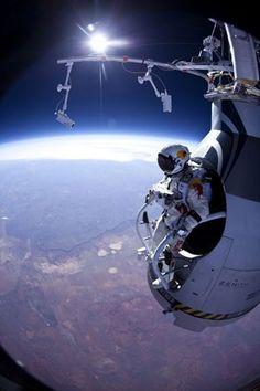 Vista do skydiver Felix Baumgartner no salto de teste feito em março deste ano, a 21 mil metros de altitude (Foto: AP/Jay Nemeth/Red Bull Stratos)