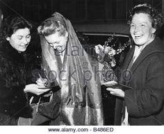 Schneider, Romy, 23.9.1938 - 29.5.1982, German actress, half length, with mother Magda Schneider, Munich, returning - Stock Photo