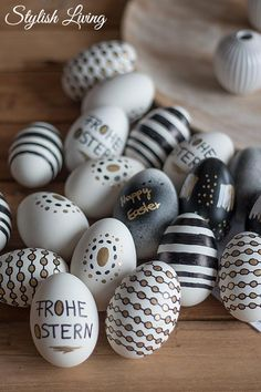 Easter eggs in black, white and gold look Stylish living- Ostereier im Schwarz-Weiß-Gold-Look Diy Home Crafts, Arts And Crafts, Diy 2019, Or Noir, Co Design, Decoration Table, Easter Crafts, Diy Painting, Happy Easter