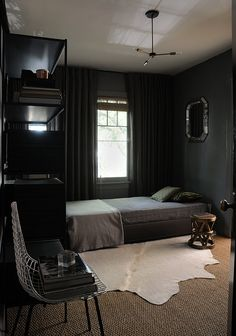 Simple room design ideas for men dark bedroom decor inspiration home interior ideas pictures . Bedroom Setup, Room Ideas Bedroom, Bedroom Colors, Man Bedroom Decor, Man Home Decor, Guy Bedroom, Men's Bedroom Design, Bedroom Storage, Dream Bedroom